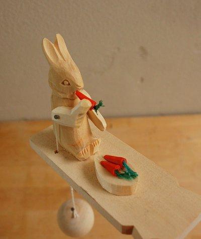 画像1: 東欧 ロシア雑貨 うさぎの木のおもちゃ