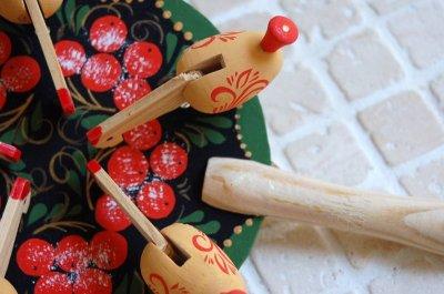 画像2: 東欧 ロシア雑貨 とりの木のおもちゃ (グリーン/赤い木の実)